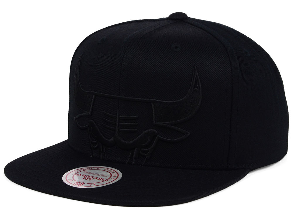 510c1fcaf76 Chicago Bulls Mitchell   Ness NBA Cropped XL Logo Snapback Cap ...