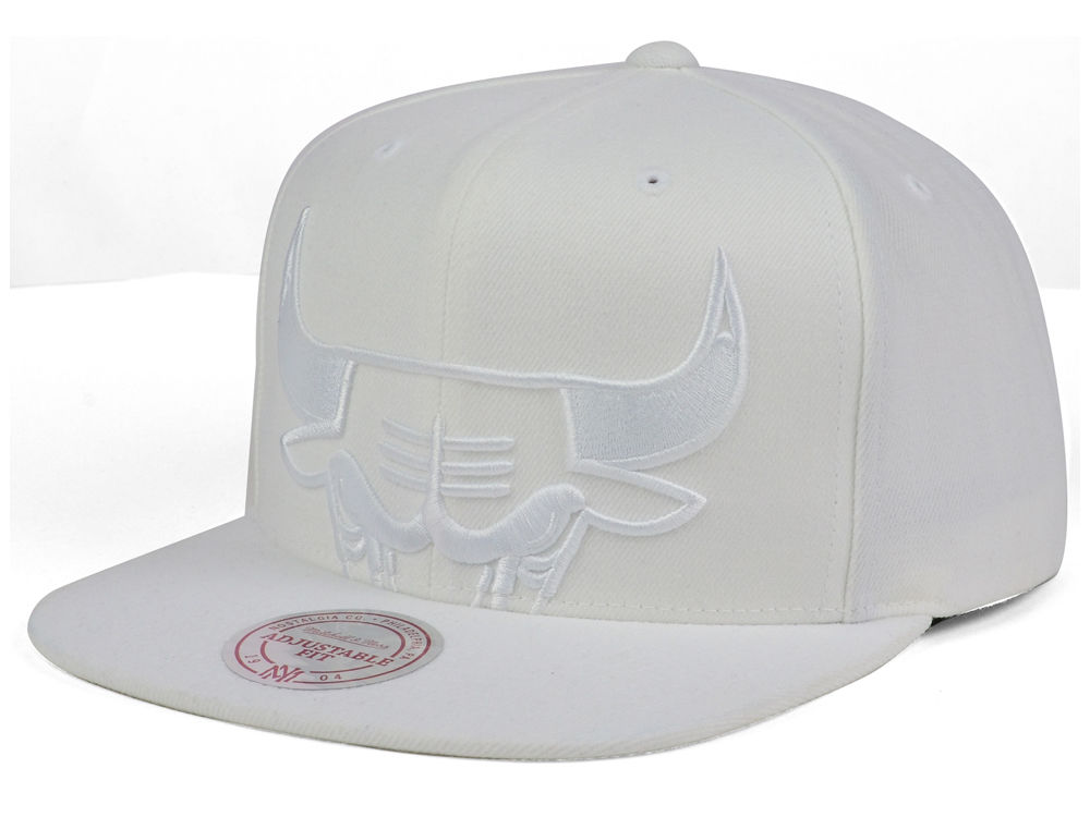 f5a75920f44 Chicago Bulls Mitchell   Ness NBA Cropped XL Logo Snapback Cap ...