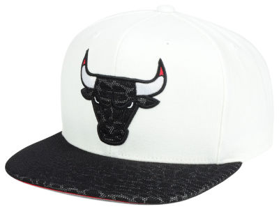 Chicago Bulls Mitchell & Ness NBA White Reflect Snapback Cap