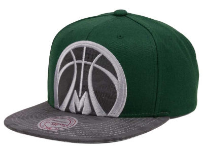 Milwaukee Bucks Mitchell & Ness NBA Reflective Cropped Camo Snapback Cap