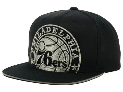 Philadelphia 76ers Mitchell & Ness NBA Cropped Metallic Snapback Cap