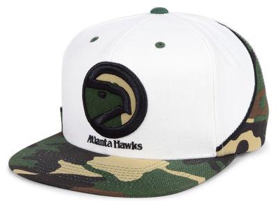 f83092ebe74 Atlanta Hawks Mitchell   Ness NBA Straight Fire Camo Hook Snapback Cap
